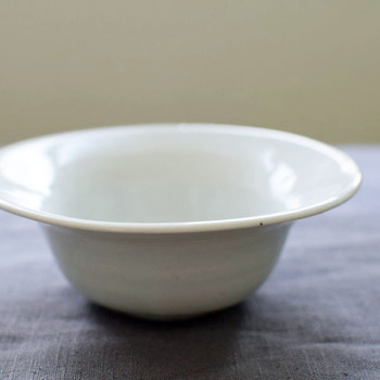 九谷焼の伝統技法と、モダンなデザインを融合した「九谷青窯」の白磁5寸鉢です。すっきりと洗練された美しいフォルムは、スープや煮物、デザートなど様々なお料理を引き立ててくれます。和・洋どんな食卓にも馴染むシンプルなデザインと、素朴で温かみのある風合いも魅力です。