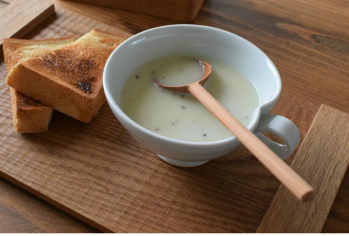 冬に向かってだんだん寒くなるこれからの時季は、栄養もしっかり摂れる美味しいスープが飲みたくなりますよね。 素朴で温かみのある陶器のボウルや、端正なフォルムが美しい白磁のカップ、ナチュラルな木のカトラリーやプレートなど。 器にもとことんこだわってみると、スープがより一層美味しく感じられそうです。