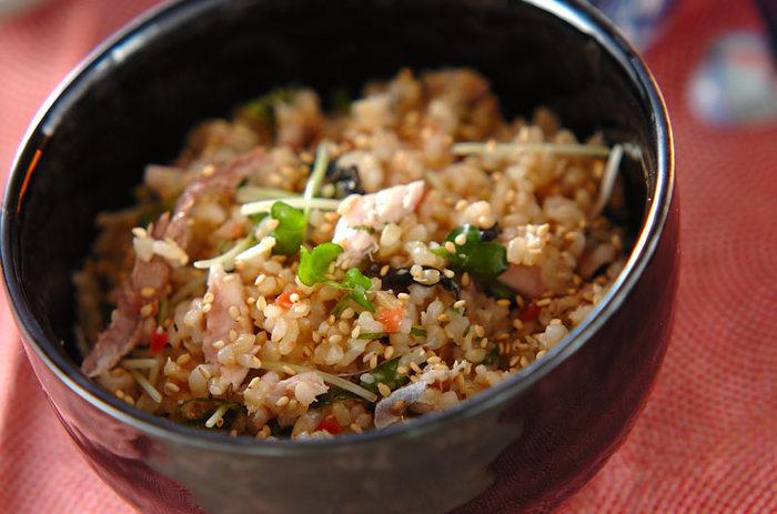 グリルで焼いた秋刀魚を、炊いた玄米ご飯と合わせる混ぜご飯。少し入れるバターも、秋刀魚のコクによく合います。秋刀魚は、塩で締めてから焼きますので、臭みもなく、うまみが凝縮しています。