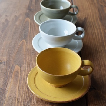 コーヒーや紅茶はもちろん、スープカップとしても活躍する「金京徳」さんのおしゃれなミニカップ&ソーサーです。カップと持ち手の丸みのあるデザインが可愛らしいですね。白磁・青磁・黄磁の3種類のカラーは、どれも優しく上品な色合いが印象的です。