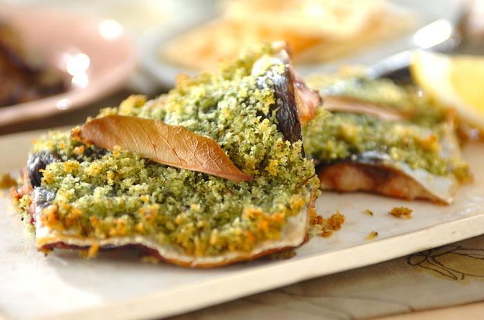 爽やかな風味のタイム入りのパン粉を、開いた秋刀魚の身にのせてオーブンで焼きます。ハーブの香りで、脂ののった秋刀魚もさっぱりとした後味に。秋刀魚の洋風料理は、おしゃれでおいしいものが多いですね。
