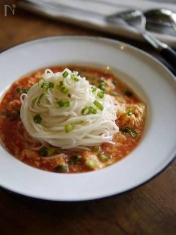 白だしとトマトジュースを使ったスープに溶きほぐした卵を入れ、上に素麺を盛り付け。コシのある手延べ素麺ならスープとしっかり絡んで美味しく食べられます♪
