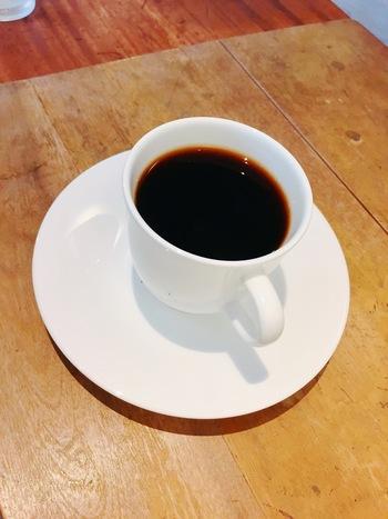 真っ白なカップに注がれたコーヒーは、香りを楽しんでもらえるように少しぬるめで出しているそう。濃厚なコーヒーはミルクを入れてもおいしくいただけます。