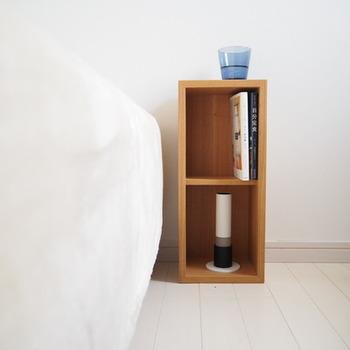 壁に付けずに、そのまま普通の棚として使うこともできますよ。こちらは2マスの箱を縦向きに、ベッド脇のサイドテーブルとして使用しています。読みかけの本やキャンドルなどを飾っても素敵♪