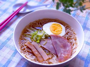 オイスターソースで味わい深いスープにしたラーメン風のにゅうめん。ラーメンより低カロリーなので、ダイエットにもいいですね!