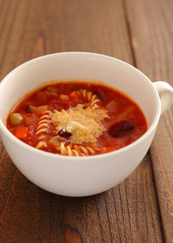 トマトや人参、ミックスビーンズなど。様々な具材が入った栄養満点のスープパスタは、朝食にぴったりの一品です。調理時間約10分で完成するので、忙しい朝にもぜひおすすめですよ。