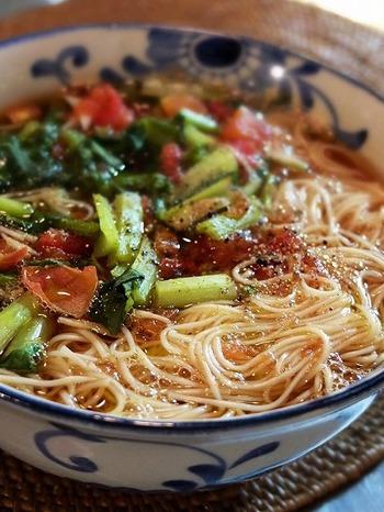 濃い目のそばつゆベースのスープに生姜の千切りを加え、仕上げにエキストラバージンオリーブオイルと黒胡椒という、イタリアンと和が融合したにゅうめん。小松菜の緑とトマトの赤という彩りもキレイです。