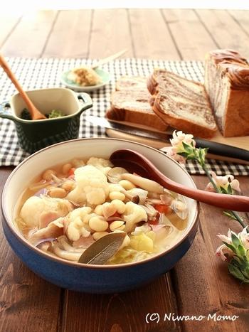 こちらはカリフラワーと豆をメインに、キャベツや人参などの具材が入ったボリューム満点のスープです。煮込み時間はたったの5分だけで、あとは鍋の余熱で仕上げることができるので、忙しい朝にぜひおすすめですよ。