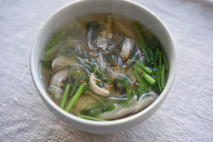 ささみと干し椎茸で出汁を取った春雨スープは、和風トーストやおにぎりと一緒にいただきたいメニュー。せりや三つ葉、ごま油の香りも食欲をそそる一品です。