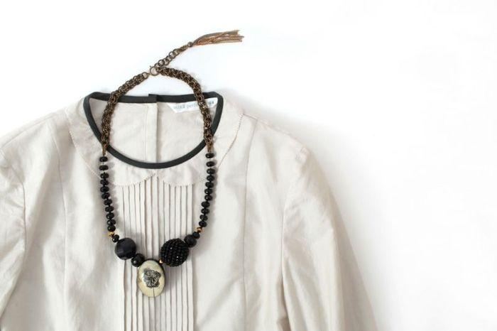 丸い襟がイノセントなブラウスは、大振りパーツが目を引くネックレスで大人めにスタイリング。首元のパイピングとネックレスがカラーリンクしているのもポイント!