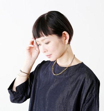 ネックレスとブレスレットをお揃いのデザインにすれば、コーディネートにおしゃれな特別感が生まれます。