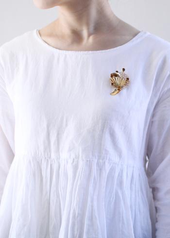 プレーンなブラウスも、アンティークなブローチが胸元にあるだけで華やかに変身。