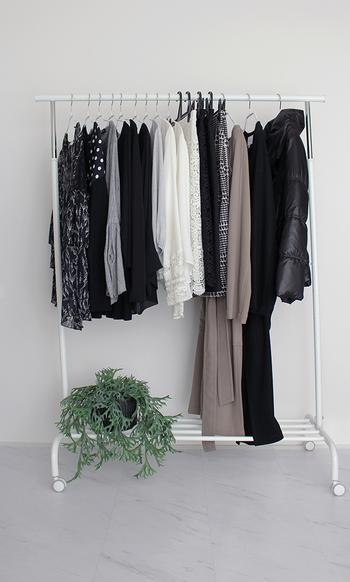 出番の多い洋服は、あえてクローゼットに入れずにハンガーラックを使用しても◎この時のポイントは「掛けすぎない」こと!ビニールのカバーがついた洋服や季節外の服がぎゅうぎゅうに掛かっていると雑多な印象です。ちょっと少なめを心掛けて飾るように掛けてあげるとスッキリ見えますよ♪