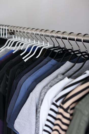 洋服を掛けて収納する場合は、ハンガーを統一させるとスッキリします。クリーニング屋さんのハンガーなどを使っている方は、思い切って全部同じものに入れ替えてみましょう。薄いハンガーなら、より多くの服が掛けられるようになります。