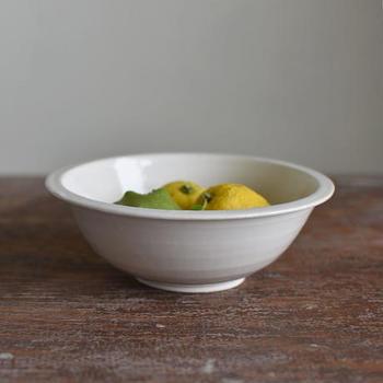 """テーブルに置くだけで絵になる、洗練されたフォルムが美しい「中田雄一」さんのスープボウル。温かみのある上品な""""白""""が、スープや煮込み料理、デザートなど様々なお料理を引き立ててくれます。シンプルなデザインなので、合わせる器次第で多彩なコーディネートを楽しむことができますよ。"""