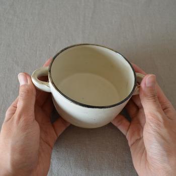 ナチュラルで素朴な雰囲気がおしゃれな「STUDIO M'」のブロウシリーズ。フランス語で白樺という意味の『ブロウ』の名の通り、温もり溢れる素敵な器を展開しています。こちらは左右両側に持ち手の付いた、可愛らしい雰囲気のスープカップ。手にすっぽりと収まる、小ぶりのサイズ感も魅力です。