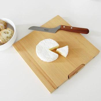 もともとはチーズを切るために作られた包丁ですが、食材に対して上から刃を当てることで、力をかけることなく切れるようデザインされているので、柔らかい素材、例えば、オリーブやアボガドといった野菜や果物を切る際にもおすすめです。  持ち手が木製なところもとても可愛いらしく、丸みを帯びたデザインは手にした時に優しく馴染み、使い込む程に愛着のわく存在に…。