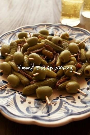 オリーブ、ピクルス、アンチョビにペペロニ(青唐辛子の酢漬け)。おうちに常備という方、多いのでは。主菜をオーブンで焼き上げる時間に楊枝に刺して、ぱぱっと準備できます。