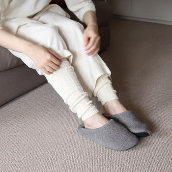 健康にいいと言われる冷えとりの基本は、頭寒足熱。その文字の通り、頭は熱をため込まないように、足は暖かく。 夏でも冷房のきいた屋内では、ひざ掛けを使ったり、靴下を履いたりと、特に下半身を冷やさないようにするのがおすすめです。