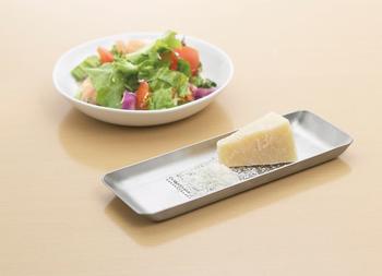 少し大きめのLサイズは、大根おろしやチーズをするのにぴったり!清潔感のあるステンレス素材で、こちらもそのままテーブルに出せる洗練されたデザインです。 使い手の目線に合わせた製品作りに定評があるEAトCOならではのおろし金。「ここがこうなったら…」を解決してくれる優れもののアイテムです。