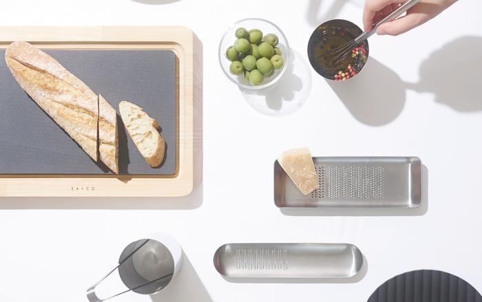 痒いところに手が届く…そんな言葉がぴったりなEAトCOのおろし金「Oros」。 Mサイズは、目立ての部分が半分だけになっていて、おろしたわさびや生姜を寄せて、持ち手にもなるという2つの便利を兼ね備えた設計。丸みをおびた形状は、スタイリッシュな中にもちょっぴり優しげで、そのままテーブルに置いても映える美しさです。