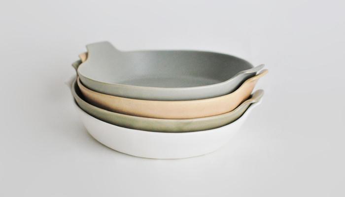 グラタンやグリルなどさまざまなオーブン料理に活躍する、ラウンド型のオーブン皿。  三重県伝統の萬古焼の後継者達が集まり、 新たな世界観で展開するテーブルウェアブランド「4th-market(フォースマーケット)」が手掛けた「radish(ラディッシュ)」シリーズは、 タタラ成型という技法で作られ、作り手さんのぬくもりが伝わり、日々の食卓を優しく彩ってくれる素敵な器。 大きめなの丸形は、具材を沢山のせた豪華な盛りつけにもぴったりで! 水色、白、緑、薄茶と淡くて落ち着いたカラーの4色展開。