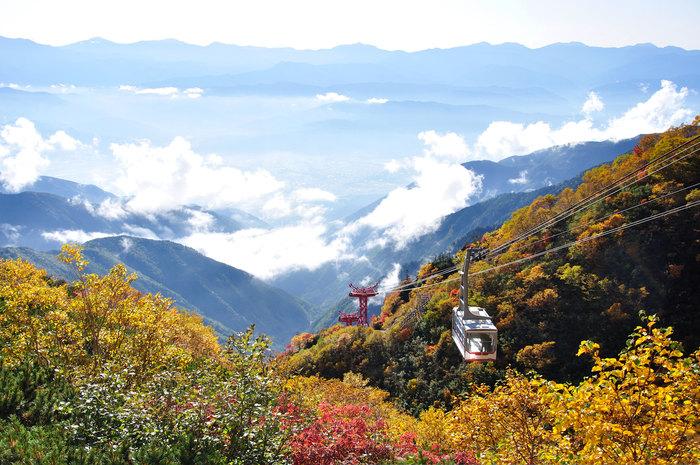 駒ケ岳ロープウェイは、中央アルプスでも人気の山「木曽駒ヶ岳」や「宝剣岳」への登山、「千畳敷カール」の遊歩道散策への玄関口にもなっています。標高1,662mの「しらび平駅」から約7分半で到着するのが、標高2,612mと日本一高い所にある駅「千畳敷駅」です。隣接する「ホテル千畳敷」もまた、日本一高い場所に立つホテルです。