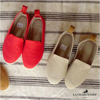フランスで古くから愛用され続けてきたルームシューズが、こちらの「LA CHARENTAISE(シャフォンテーゼ)」。デザイン性が高いだけではなく、ソフトでとっても軽やかな履き心地。