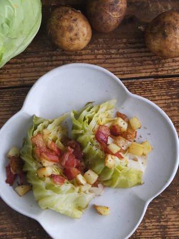 オリーブオイルは、素材の味を大切にするイタリア料理の必須アイテム。蒸し焼きにして甘みを引き出したキャベツに、オリーブオイルでソテーしたベーコンとポテトをかけたホットサラダです。白ワインのおつまみにも合いそうですね。