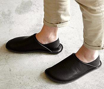 履けば履くほどに自分の足に馴染んでくるレザー素材。上質な革を使った「63-ロクサン-」のルームシューズなら光沢感があり、高級感のあるモダンなお部屋に。