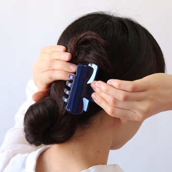 ちょっとした作業時や汗をかいてしまったときなど、いつでも髪をまとめられるようヘアクリップを常備。取った後も型がつきにくいものを選びましょう!