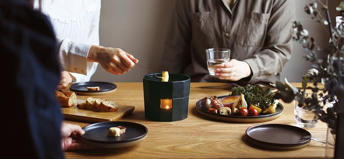チーズと言えば、とろ~りとろけるチーズホンデュも美味しいですよね…。テーブルを囲んで美味しい時間をみんなでシェアする。旬の食材の旨味を引き立てる、シンプルで使い心地の良いデザインは、これからの季節、ハロウィンやクリスマスパーティーにもぴったり♪