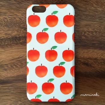 水彩画で描かれたリンゴたちがふんわりと優しい印象のスマホケース。ナチュラル&シンプルなお洋服との相性もぴったりのスマホケースです。