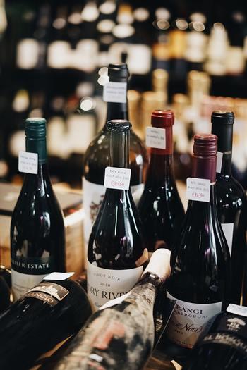 「フェアトレード」という言葉やマークが一般的になってきました。発展途上国の生産品を私たち消費者が直接買うことで、身近な国際協力をすることができます。 例えば、お店で「どの赤ワインにしようかな?」と迷った時にはぜひフェアトレードのマークが付いているかどうかを見て、買ってみるのも、社会貢献につながります。