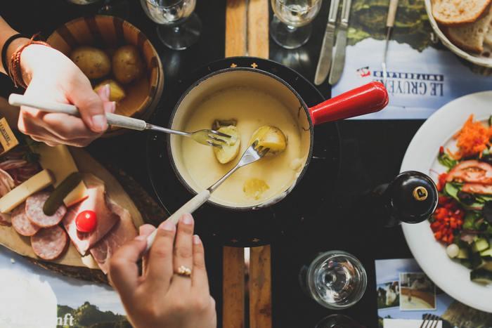 カットしてワインのおつまみとして楽しんだり、クラッカーにのせてオードブル感覚で楽しんだり…とろ~りとろけたチーズホンデュも美味しいですよね…。 そこで今回は、チーズをもっと楽しむための道具と器をご紹介したいと思います。ゆっくり&のんびり、美味しいチーズと一緒に秋の夜長をお楽しみ下さい♪