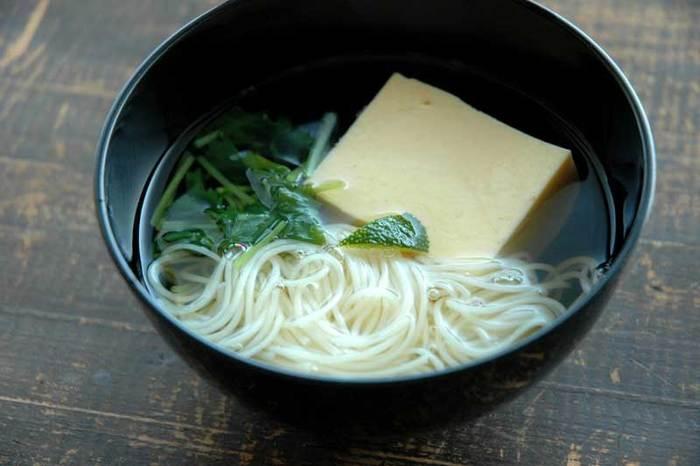 卵豆腐と三つ葉のお吸い物。お吸い物に入れる場合、汁が濁らないように素麺はあらかじめ茹でて水でしめ、ざるに上げておきましょう♪