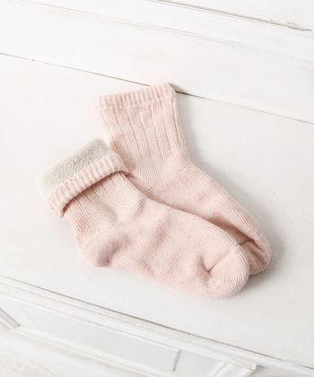 内側が「シルク」で外側が「コットン」の2重構造の靴下。この1足で重ね履きと同じ効果を得られるわけです。これなら普通の靴下の感覚で履けてらくちんだし、なおかつ冷えからも守ってくれるのでおすすめですよ!!