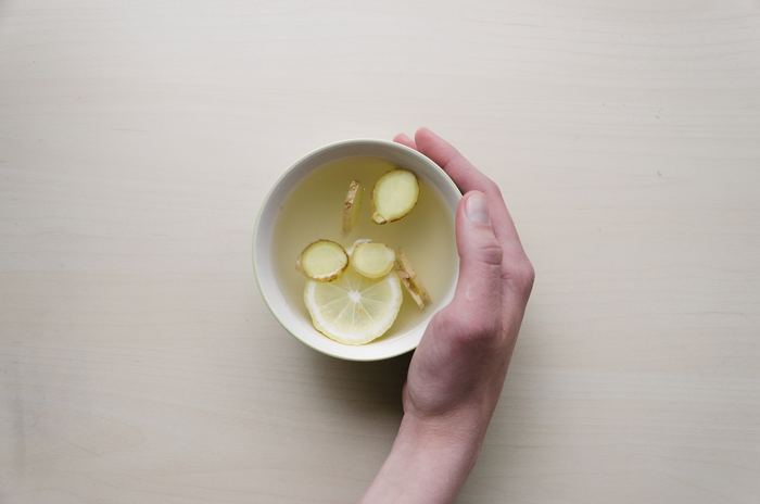 """体を温めてくれるものとして有名なのが""""生姜湯""""です。生姜湯を飲んだ後、体がポカポカになったことはありませんか?これは生姜のジンゲロールという成分が、体内の熱を手足に届けてくれる役割を担ってくれるからだそうですよ。生姜湯が苦手な方はハチミツを少し入れてみてください!とっても飲みやすくなりますよ!"""