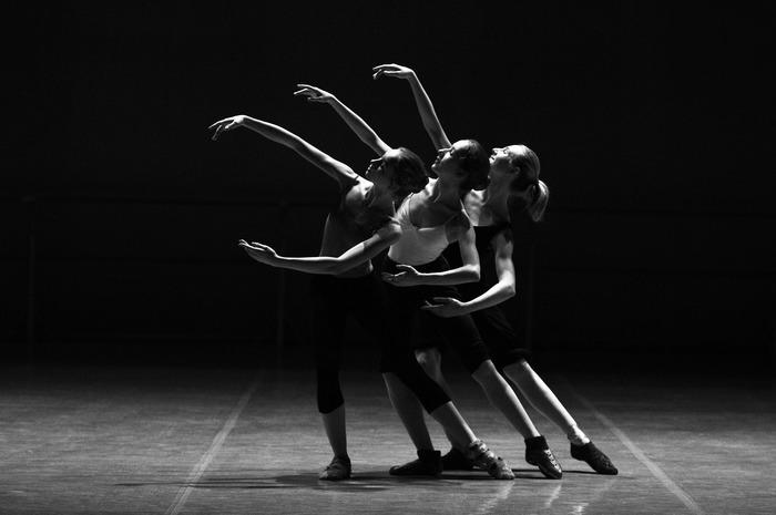 美しいダンサーの所作に憧れてダンスを習う。そんなポジティブな心意気が女性を輝かせます。体を使って表現する行為にはどこか根源的で普遍的な喜びがあります。無邪気に楽しいことに集中できる時間は、かけがえのないものです。