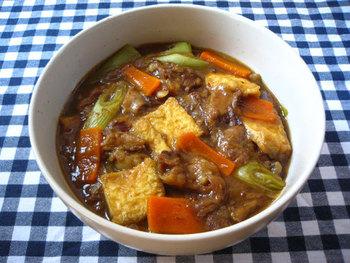 カレーうどんもまた人気のあるメニューですよね。牛すじカレーをだし汁でのばし、醤油で味付けすれば簡単にカレーうどんのスープになります。もし、だし汁を入れすぎてしまった場合はカレールーを加えてみましょう。