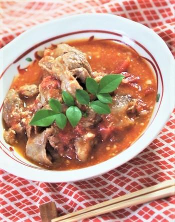 完熟したトマトと一緒に煮込み料理にしませんか。調味料は和風だしや味噌が使われていますが、フランスパンにもとても合います。おつまみにも、主菜にもなる一品です。