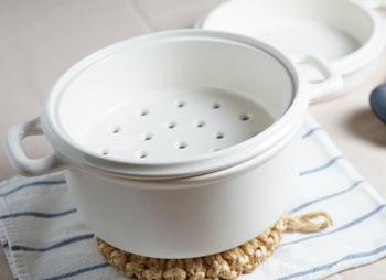 蒸すだけでなく、鍋で煮る、フライパンで焼くといったこともできる便利な道具。陶器の遠赤外線効果でじっくり火が通ります。