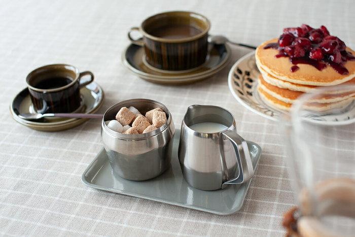 小さいサイズは調味料を乗せるトレイとして丁度いい大きさ。テーブルで使っても良いし、キッチンで使っても◎。液だれやべたつきでテーブルが汚れるのを防いでくれます。
