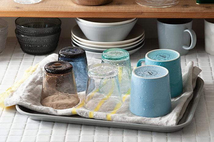 お皿を運ぶほかに、タオルを敷いて食器置き場にしても。水に強い素材だから、劣化を気にせずキッチンで使いまわせます。