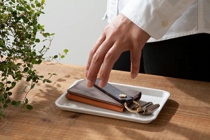 その他にはちょっとした小物置き場としてトレイを使っても便利。適度に上がった縁が、転がるものや小さな物を守ってくれます。
