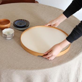 大きなお盆は食器を運ぶのに便利なサイズ。竹素材と乳白色の色合いが素敵です。和食のテーブルとの相性は抜群。