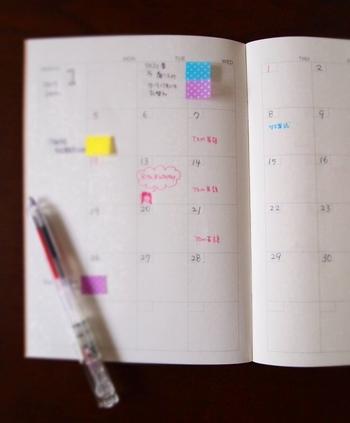 今日やることを付箋に書いて、手帳にペタッと貼り、終わったら捨てていきます。この方法だと、タスクがドンドン進むほどに手帳もスッキリしてくるので、気分もアップします。