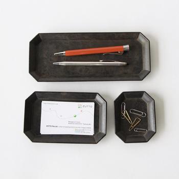 どっしりとした色合いと質感の文具トレイは真鍮製。クラシックで和室にも、洋室にも合うデザインで年代を問わず使えそう。