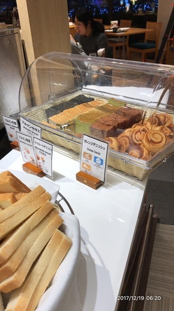 焼きたてのパンや地元千葉県産の美味しいお米も好評。新鮮な野菜や果物が揃っているほか、葉酸、鉄、ビタミンなどのサプリメントまで用意されています。