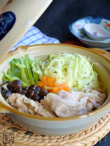 お鍋に入れるときはざく切りにすることが多いキャベツですが、細切りにすると異なる食感でまた違う楽しみ方ができます。味も染みこみやすくなりますよ。 こっくりとした味わいのゴマ味噌スープなら、タレやポン酢なしでもおいしく頂けます。